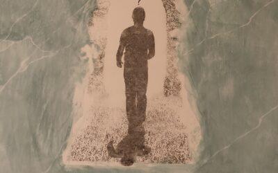 Destino 01                                           Destino: Quale sarà il destino dell essere umano? Su una tavola di legno ho voluto creare un finto marmo immaginario dai colori istintivi di quel preciso momento. Da questa parete di fantasia l'immagine non nitida di un uomo che sta camminando verso il suo destino. Qualunque destino che avrà l'uomo la nostra unica salvezza sarà la mente(evidenziata nell'immagine in ombra)