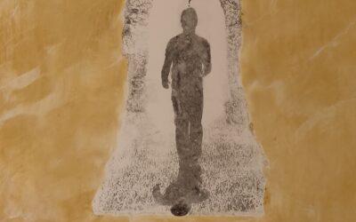Destino 02                                              Destino: Quale sarà il destino dell essere umano? Su una tavola di legno ho voluto creare un finto marmo immaginario dai colori istintivi di quel preciso momento. Da questa parete di fantasia l'immagine non nitida di un uomo che sta camminando verso il suo destino. Qualunque destino che avrà l'uomo la nostra unica salvezza sarà la mente(evidenziata nell'immagine in ombra)