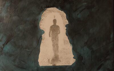 Destino 05                                            Destino: Quale sarà il destino dell essere umano? Su una tavola di legno ho voluto creare un finto marmo immaginario dai colori istintivi di quel preciso momento. Da questa parete di fantasia l'immagine non nitida di un uomo che sta camminando verso il suo destino. Qualunque destino che avrà l'uomo la nostra unica salvezza sarà la mente(evidenziata nell'immagine in ombra)