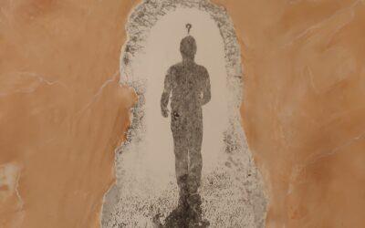 Destino 04                              Destino: Quale sarà il destino dell essere umano? Su una tavola di legno ho voluto creare un finto marmo immaginario dai colori istintivi di quel preciso momento. Da questa parete di fantasia l'immagine non nitida di un uomo che sta camminando verso il suo destino. Qualunque destino che avrà l'uomo la nostra unica salvezza sarà la mente(evidenziata nell'immagine in ombra)