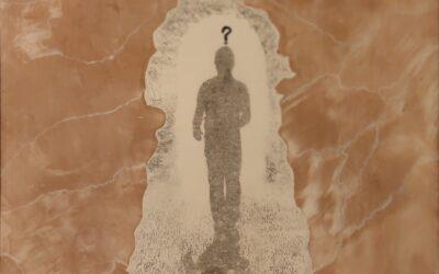 Destino 14              Destino: Quale sarà il destino dell essere umano? Su una tavola di legno ho voluto creare un finto marmo immaginario dai colori istintivi di quel preciso momento. Da questa parete di fantasia l'immagine non nitida di un uomo che sta camminando verso il suo destino. Qualunque destino che avrà l'uomo la nostra unica salvezza sarà la mente(evidenziata nell'immagine in ombra)